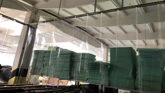 Folia ognioodporna jako przegroda w magazynie paneli i podkładów panelowych