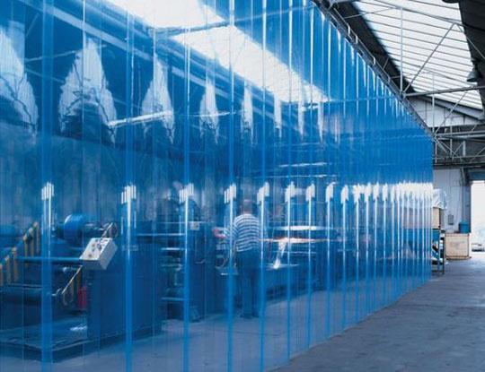 hale przemysłowe wygrodzone kurtynami paskowymi