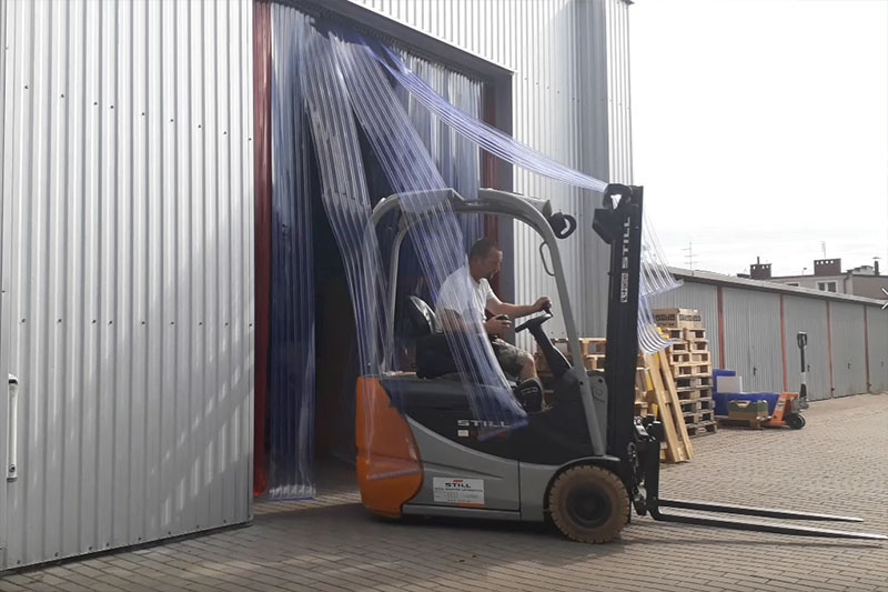 Kurtyny przemysłowe w bramach hal produkcyjnych jako drzwi doszczelniające
