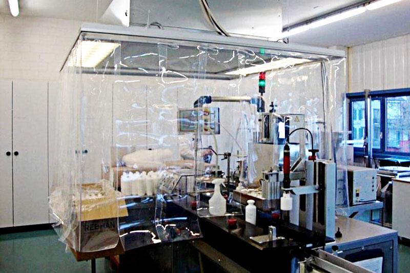 Kurtyny przemysłowe wydzielające strefę podłączoną do wyciagu wentylacyjnego w laboratorium