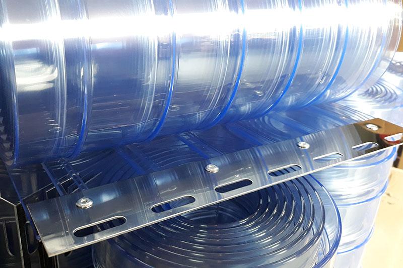 Wzmacniane żebrami pasy PCV w jakie wyposaża sie kurtyny przemysłowe
