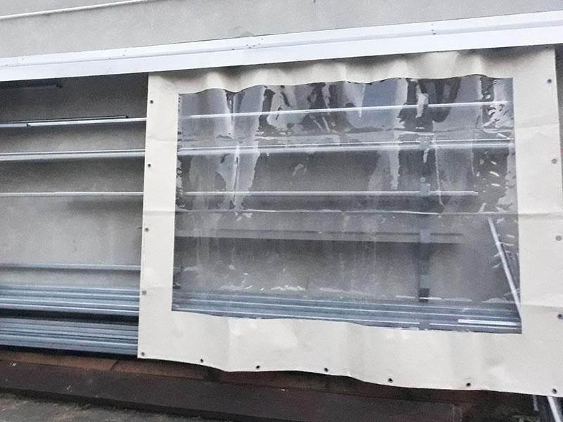 Kurtyna plandekowa z transparentnym oknem z folii PCV