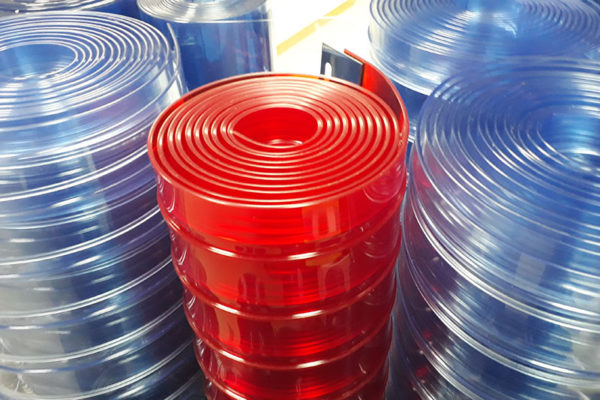 Rolki żebrowanych pasóe PCV w kolorze czerwonym i niebieskim
