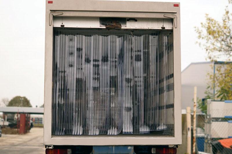 Kurtyny do samochodów ciężarowych obniżają koszty transportu